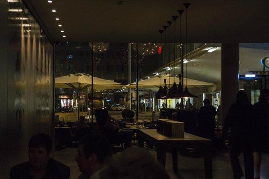 Motel One Wien Westbahnhof: Blick zum Westbahnhof -  war gemütlich