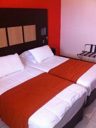 Central Hotel Cayenne : 2 adjacent single beds