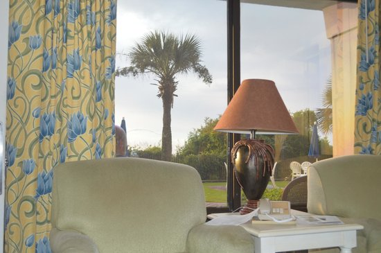 Schooner Beach & Racquet Club: Livingroom view