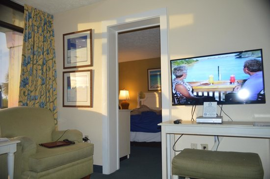 Schooner Beach & Racquet Club: View into the bedroom
