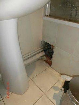 Hotel Saint Trophime : Trou sous la baignoire