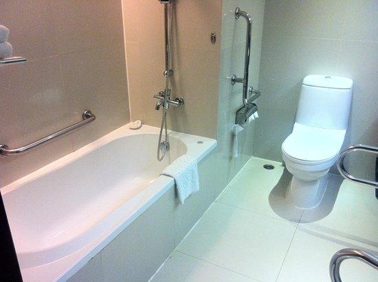 bathtub shower with no curtain picture of eastin hotel makkasan rh tripadvisor com ph