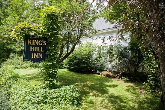 Kings Hill Inn : Pulling into the Driveway