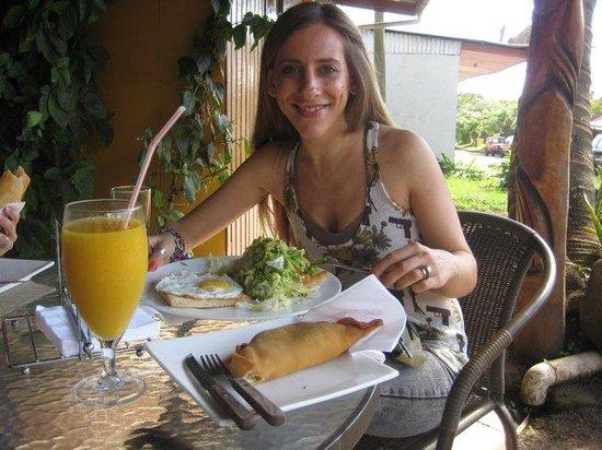 Donde el Gordo: Ensalada contundente, huevo y empanada de atún