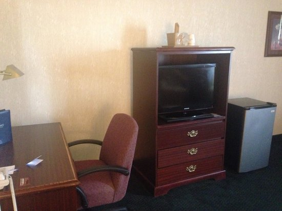 Baymont Inn & Suites Jonesboro: Desk, tv, and fridge