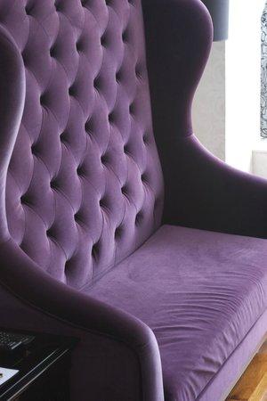 Citadines Mercer Hong Kong: Uncomfortable Purple Sofa