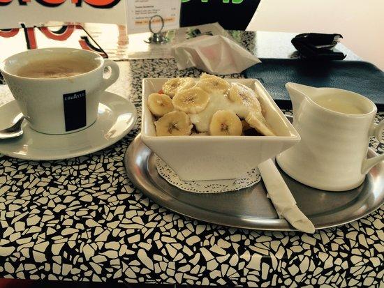The Gelato Caffe: Museli with seasonal fruits