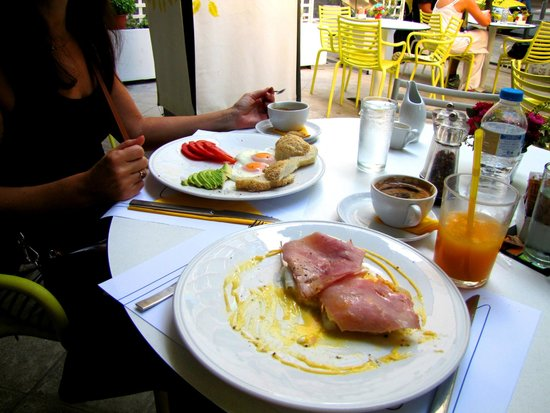 Hip Cafe : Poached eggs and benedict