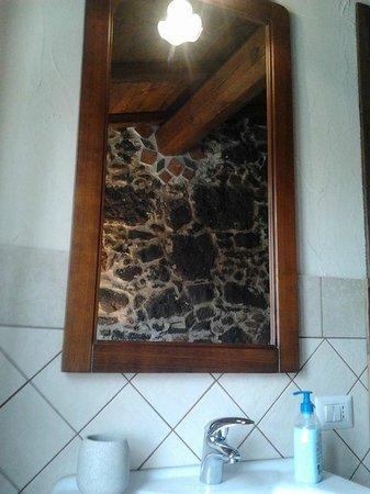 Bagno con muri in pietra e doccia idromassaggio   foto di b&b ...