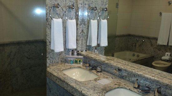 Banheiro com banheira  Foto de Bourbon Londrina Business Hotel, Londrina  T -> Banheiro De Hotel Com Banheira