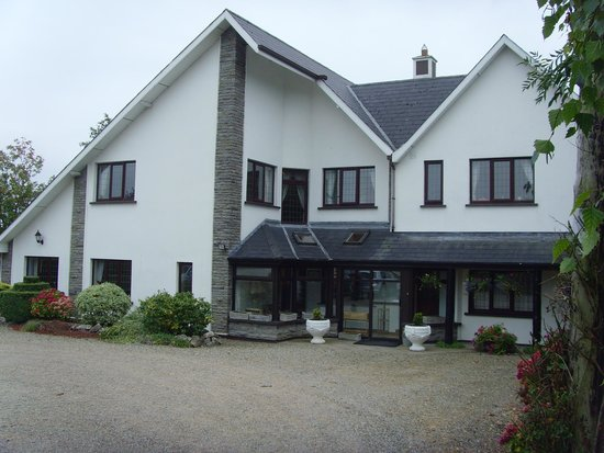 Carrabawn Guesthouse: Front and car parking