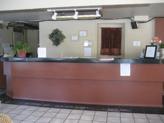 River Park Inn: Lobby Desk