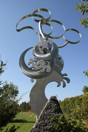 Big Stone Mini-golf and Sculpture Garden: Moving sculpture adjacent to the first two holes