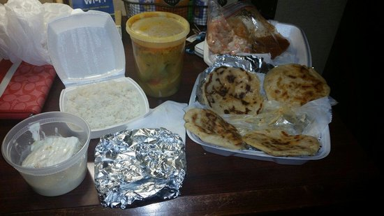 Samanthas Restaurant: Had to try their pupusas, pastel de tres leches, and their mondongo.