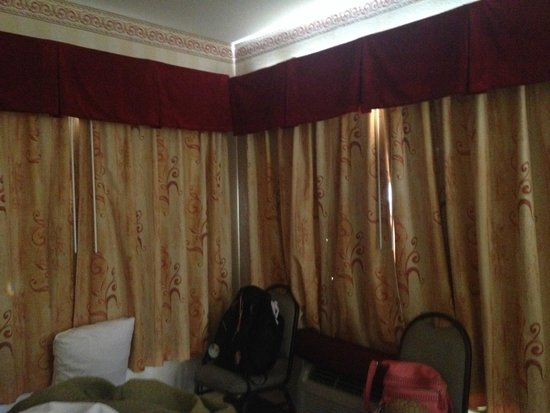 Best Western Plus Raffles Inn & Suites: The only AC shared between 2 rooms. Curtains are worn out - can see holes in the lining