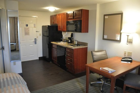 Candlewood Suites Ft. Lauderdale Air/Seaport: Kitchen in Room