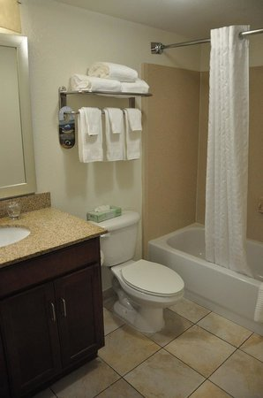 Candlewood Suites Ft. Lauderdale Air/Seaport: Bathroom
