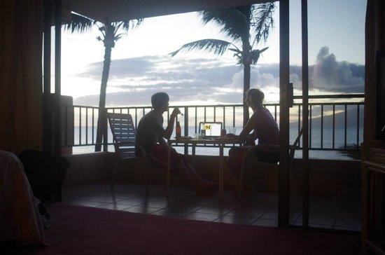Paki Maui Resort: Enjoying dinner on our lanai