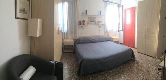 B&B Venezia Santo Stefano: The room. Simple and clean