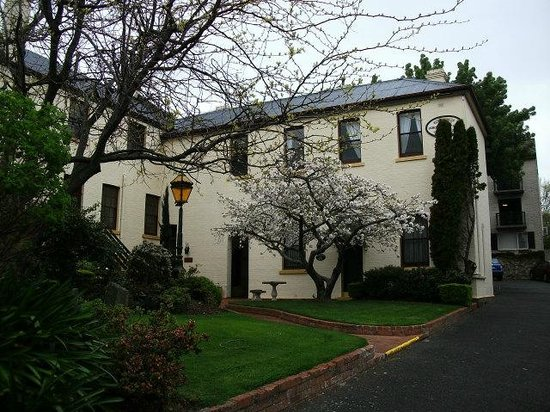 Quality Hotel Colonial Launceston: A daylight view of the main building