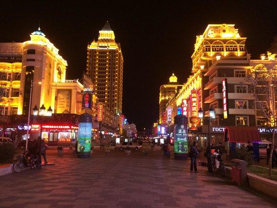Shangri-La Hotel Manzhouli: Trade streets at night