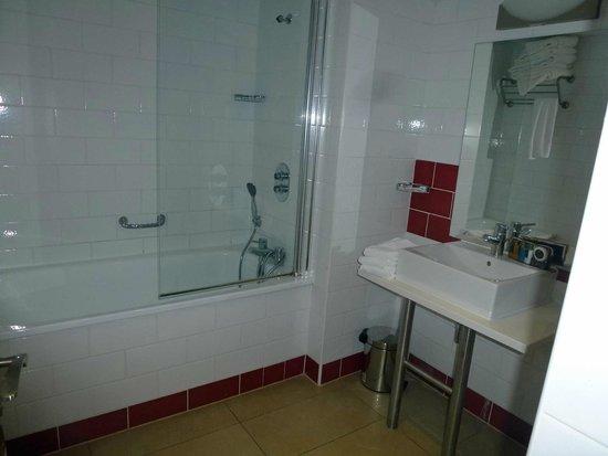 La Residence Normande: Large bathroom.