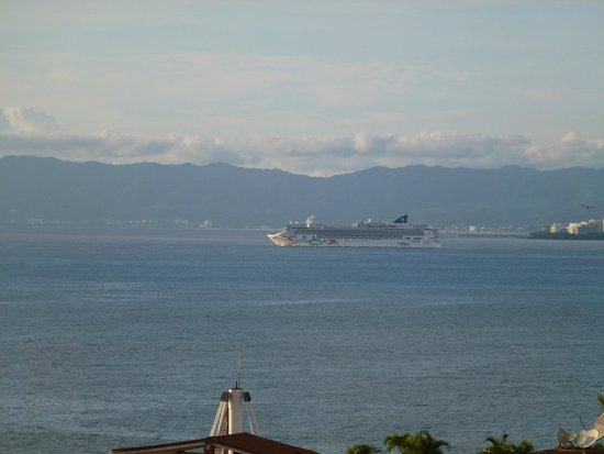 Bistro Teresa: view of cruise ship departing the harbor