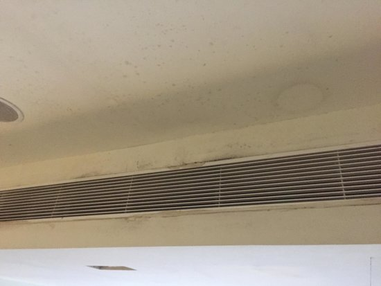 Studio M Hotel: Very mouldy aircon outlet