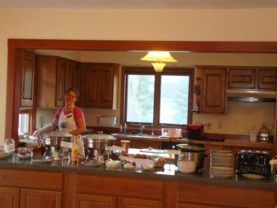 Yellowstone Basin Inn: Maria preparing the wonderful breakfast