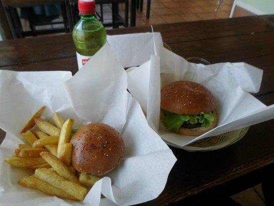 The Hamburger Foundation : Hamburguer pequeno, mas muito saboroso