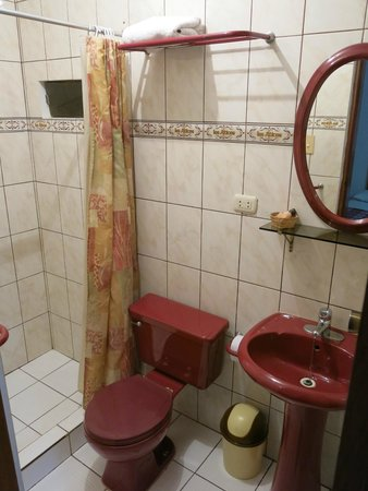 Los Aticos: bathroom