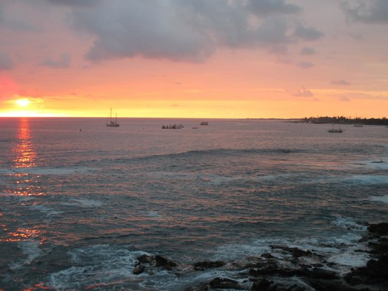 Hale Kona Kai Condominiums : Sunset from the lanai of 402