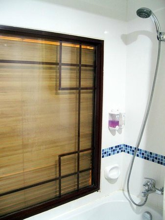 SPB Paradise: มีอ่างอาบน้ำ หน้าต่างเป็นกระจกมีมูลี่ให้ด้านนอกรูดได้