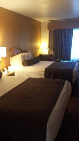 Ramada Costa Mesa/Newport Beach : Comfy big beds...lovely sleep.