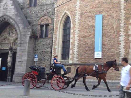 Hotel Het Gheestelic Hof: ホテルの前を馬車が通る