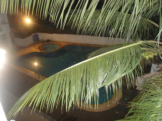 Meraden La Oasis : swimming pool at night