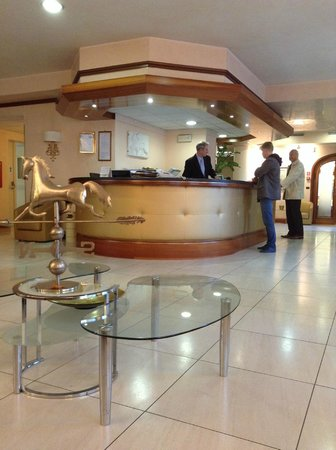 Hotel Mondial: Loby and receptionist