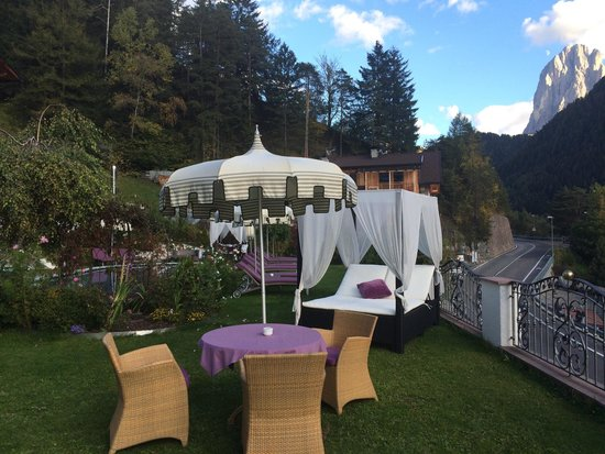 Alpin Garden Wellness Resort - Adults Only: L esterno ai bordi piscina