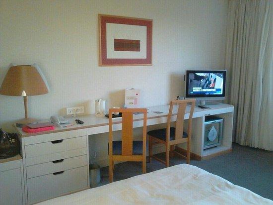 Bureau mini bar et tv dans la chambre picture of novotel marne