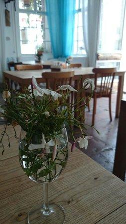 Ayna Restaurant: Mis kokulu masa çiçekleri...