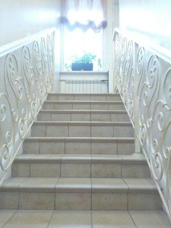 Blues Hotel: лестница на второй этаж