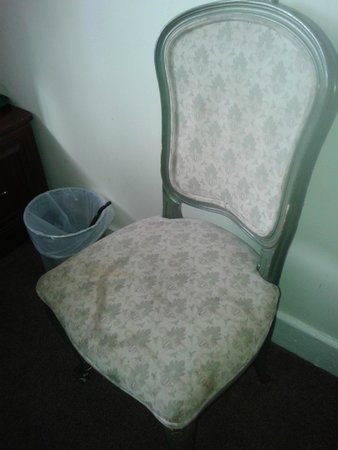 Smiths Hotel: Chair (not just old... dirty... very dirty)