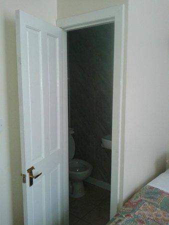 Smiths Hotel: Door to bathroom