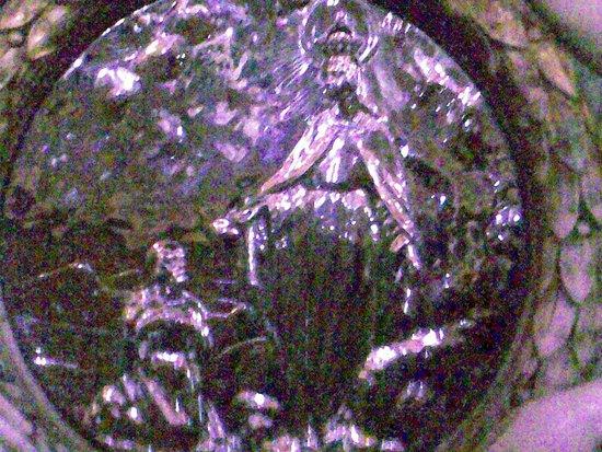 Vicenza, Italien: sotto la statua della Madonna, dietro all'altare