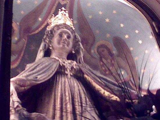 Vicenza, Italien: la statua della Madonna, dietro l'altare