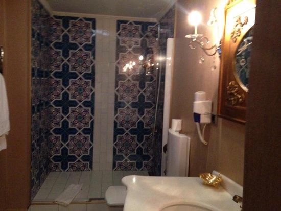 Abaci Konak Otel: 3 kişilik odanın banyosu