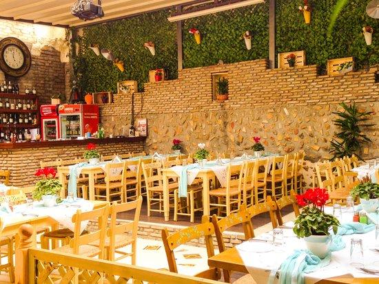 O Kipos Tis Troon: The green wall