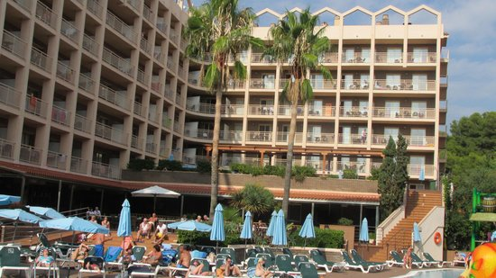 Family Life Avenida Suites: Hotel from Pool