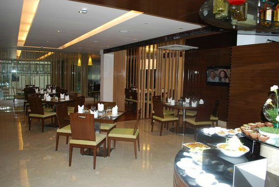 Four Points by Sheraton Ahmedabad: Restaurant