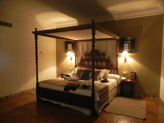 Parador de Siguenza: Our very uncomfortable 4 poster bed